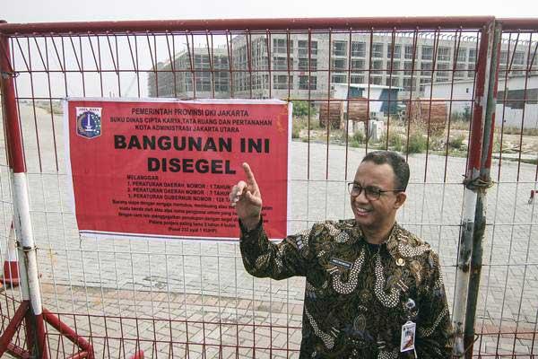 Gubernur DKI Jakarta Anies Baswedan meninjau penyegelan di Pulau D reklamasi Teluk Jakarta, Jakarta, Kamis (7/6/2018). - ANTARA/Dhemas Reviyanto