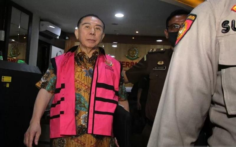 Terpidana kasus korupsi pengalihan hak tagih (cessie) Bank Bali Djoko Tjandra berjalan seusai menjalani pemeriksaan, di gedung Bundar Kompleks Gedung Kejaksaan Agung, Jakarta, Senin (31/8 - 2020).