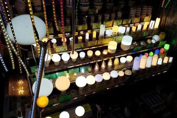 Lampu LED. Konsumsi lampu di Indonesia sangat besar dibandingkan dengan negara-negara lain di Asia Tenggara.  - Reuters/Bobby Yip