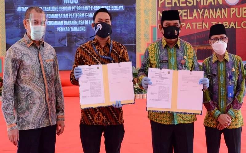 Dari kiri ke kanan: Rivie Rahman (Head of Sales Geox Mbizmarket), Sekretaris Daerah Tabalong Abdul Muthalib Sangadji, Kabag Unit Layanan Pengadaan Tabalong Subhan memperlihatkan naskah kerja sama. - Istimewa