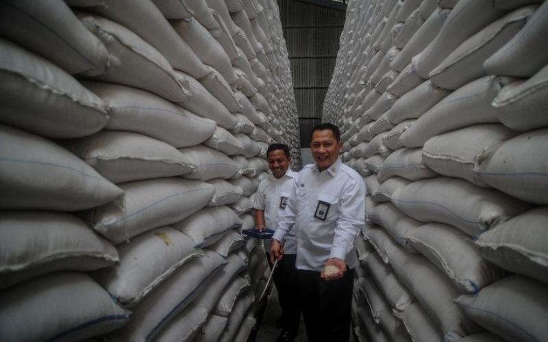 Direktur Utama Perum Bulog Budi Waseso memperlihatkan stok kebutuhan beras di gudang Bulog. Antara