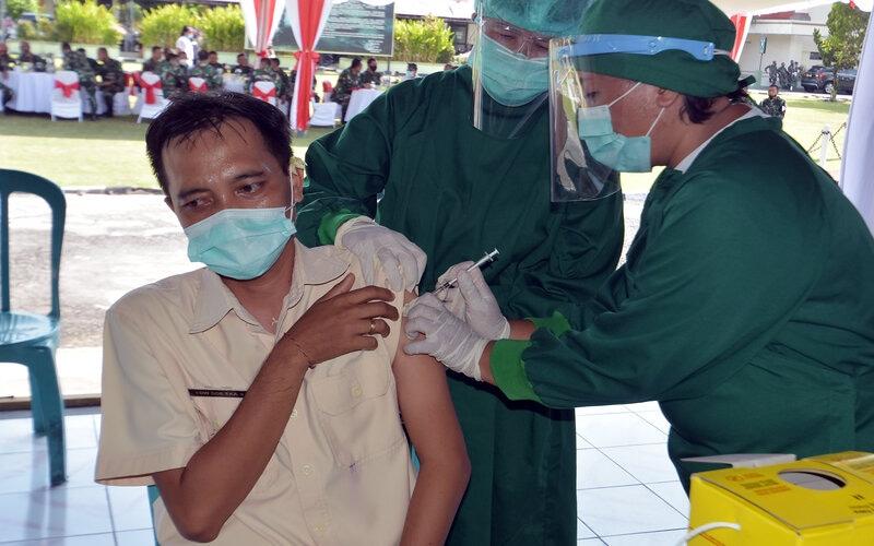 Petugas kesehatan menyuntikan vaksin COVID-19 kepada seorang Aparatur Sipil Negara (ASN) saat simulasi di lingkungan Kodam IX Udayana, Denpasar, Bali, Kamis (10/12/2020). Simulasi tersebut digelar sebagai persiapan penyuntikan vaksinasi COVID-19 yang rencananya digelar pada Januari 2021. - Antara/Nyoman Hendra Wibowo.