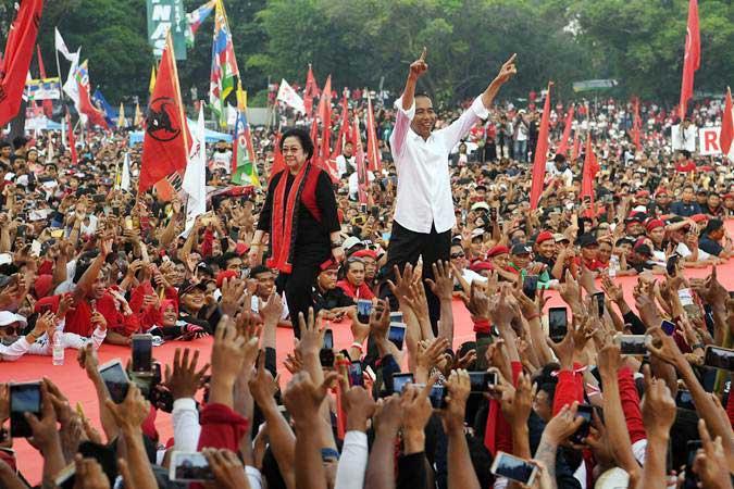 Calon Presiden nomor urut 01 Joko Widodo (kanan) bersama Ketua Umum PDI Perjuangan Megawati Soekarnoputri (kiri) menyapa pendukung saat kampanye akbar di Solo, Jawa Tengah, Selasa (9/4/2019). - ANTARA/Wahyu Putro A