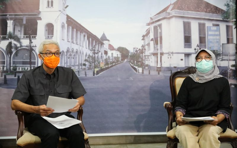Gubernur Jateng Ganjar Pranowo (kiri) bersama Kepala Dinas Tenaga Kerja dan Transmigrasi Jateng Sakina Rosellasari (kanan) mengumumkan perihak kenaikan UMP di Jawa Tengah, Jumat (30/10/2020).  - Istimewa