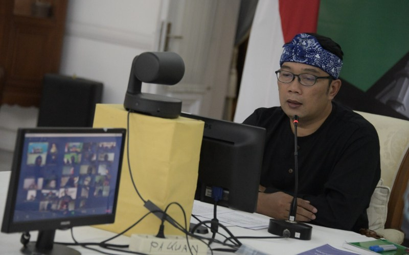 Gubernur Jawa Barat Ridwan Kamil mengecek penanganan Covid/19 dan protokol kesehatan melalui aplikasi Sapwarga.