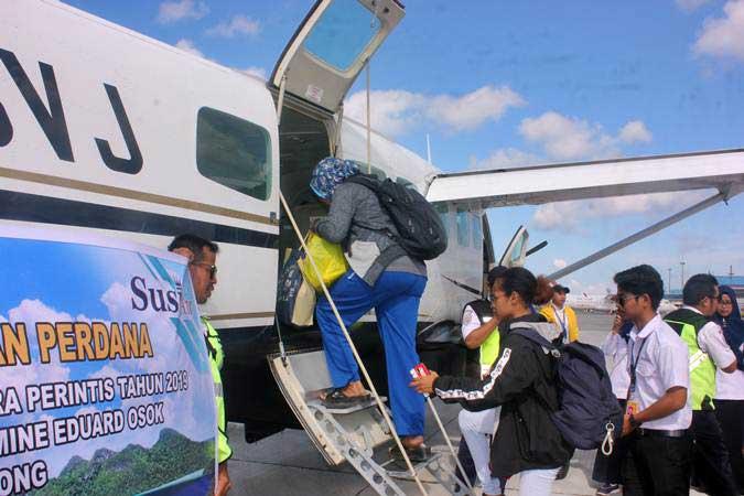 Penumpang menaiki pesawat pada penerbangan perdana Susi Air di Domine Eduard Osok (DEO), Kota Sorong, Papua Barat, Selasa (9/4/2019). - ANTARA/Olha Mulalinda