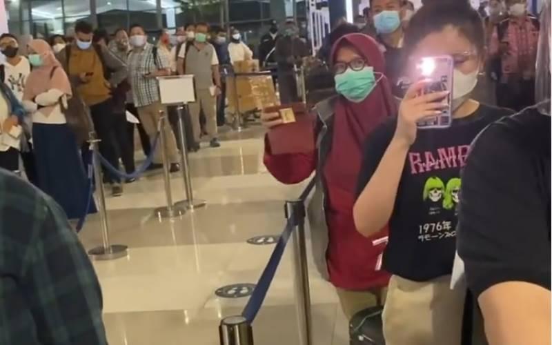 Antrean penumpang untuk memvalidasi surat keterangan pemeriksaan tes usap Covid-19 di Bandara Soekarno-Hatta, Kamis (17/12/2020). JIBI -  Bisnis/Nancy Junita @hotmanparisofficial