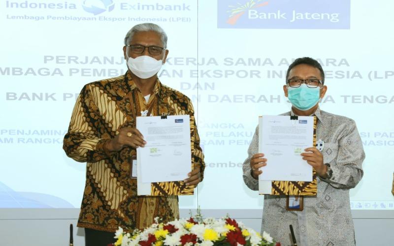 rnDirektur Utama Bank Jateng Supriyatno (kiri) dan Direktur Eksekutif LPEI Daniel James Rompas menunjukkan dokumen perjanjian kerja sama penjaminan atas penyaluran kredit Bank Jateng kepada para pelaku usaha korporasi non-BUMN dan non-UMKM, Kamis (17/12 - 2020).\r\n
