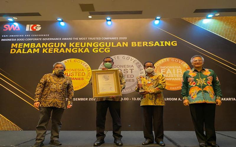 Direktur Utama Pupuk Kaltim Rahmad Pribadi (dua kiri) menerima penghargaan The Most Trusted Companies pada ajang Indonesia Most Trusted Company 2020 dengan predikat Sangat Terpercaya. - JIBI/Istimewa