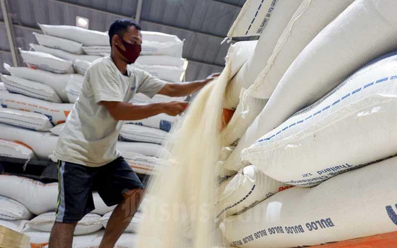 Pekerja berada di gudang Bulog di Jakarta, Rabu (2/9/2020). Bisnis - Nurul Hidayat