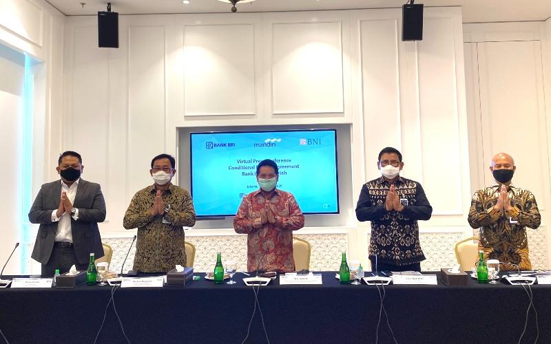 Ketua Tim Project Management Office (PMO) dan juga Wakil Direktur Utama Bank Mandiri Hery Gunardi (tengah) bersama dengan Wakil Direktur Utama BRI Catur Budi Harto (kedua kanan), Direktur Hubungan Kelembagaan BNI Sis Apik Wijayanto (kedua kiri), Direktur Utama Bank BRIsyariah Ngatari (kanan) dan Direktur Bisnis Indonesia Financial Group Pantro Pander  (kiri) dalam virtual press conference, Selasa (13/10/2020) - Istimewa