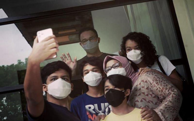 Istri Gubernur DKI Jakarta Anies Baswedan, Fery Farhati dan anak-anaknya mengunjungi Anies yang tengah menjalani isolasi mandiri karena Covid-19. - Instagram @fery.farhati