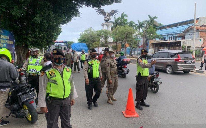 Aparat gabungan melakukan penyekatan terhadap tiga kelompok masyarakat yang melintas di Jalan Raya Bekasi, Cakung, Jakarta Timur, Jumat (18/12/2020) -(ANTARA - Andi Firdaus).