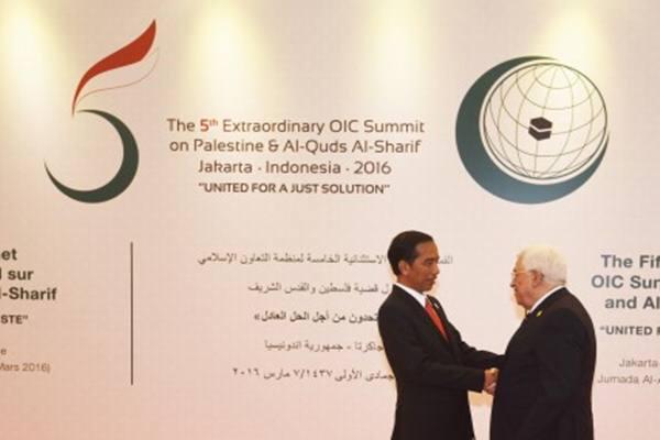 Presiden Joko Widodo (kiri) berjabat tangan dengan Presiden Palestina Mahmoud Abbas sebelum berlangsungnya KTT Luar Biasa ke-5 OKI di JCC, Jakarta, Senin (7/3). KTT tersebut fokus untuk membahas kemerdekaan Palestina dengan Al-Quds Al-Sharif sebagai ibu kotanya - Antara