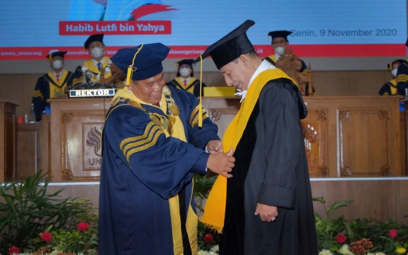 Habib Luthfi bin Yahya menerima anugerah Doktor Kehormatan (Doktor Honoris Causa) dari Universitas Negeri Semarang (Unnes) yang diberikan kepadanya pada Senin (9/11/2020) - Dok./Unnes