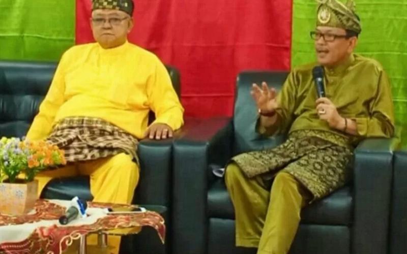 Budayawan asal Provinsi Kepulauan Riau, Abdul Malik (kanan) - Antara