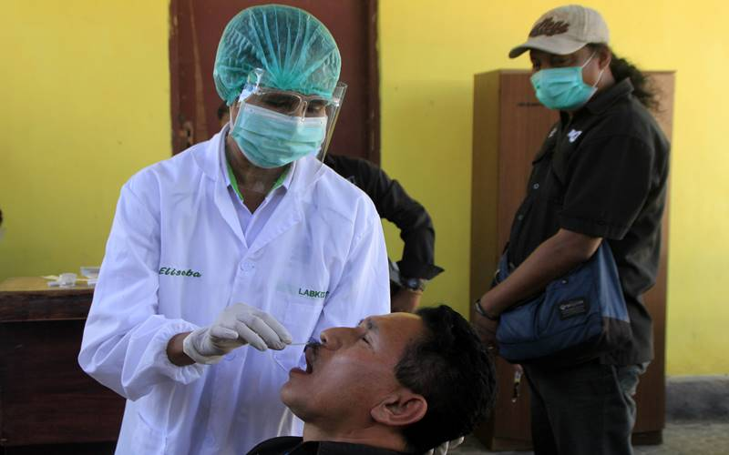 Petugas kesehatan mengambil sampel saat melakukan rapid tes antigen yang dilakukan di UPT Laboratrium Kesehatan NTT di Kota Kupang, NTT, Senin (16/11/2020). ANTARA FOTO - Kornelis Kaha.\r\n