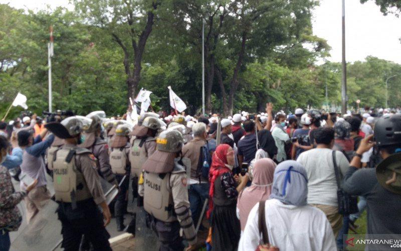 Kepolisian membubarkan massa aksi demonstrasi 1812 yang berkonsentrasi di Patung Kuda, Monas, Gambir, Jakarta Pusat, pada Jumat siang (18/12/2020) - ANTARA - Fianda Sjofjan Rassat