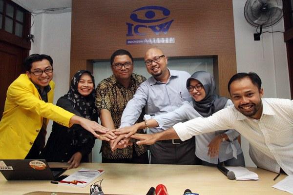 Komisioner Bawaslu, Fritz Edwar Siregar (ketiga kiri), Komisioner KPU, Ilham Saputra (ketiga kanan), Staf Divisi Korupsi Politik ICW Almas Sjafrina (kedua kanan), Aktivis ICW Donal Fariz (kanan), Direktur Perludem Titi Anggraini (kedua kiri) dan Iluni Universitas Indonesia, Ahmad Fathul Bari (kiri) berjabat tangan bersama saat diskusi di kantor ICW, Jakarta, Selasa (18/4). - Antara/Reno Esnir