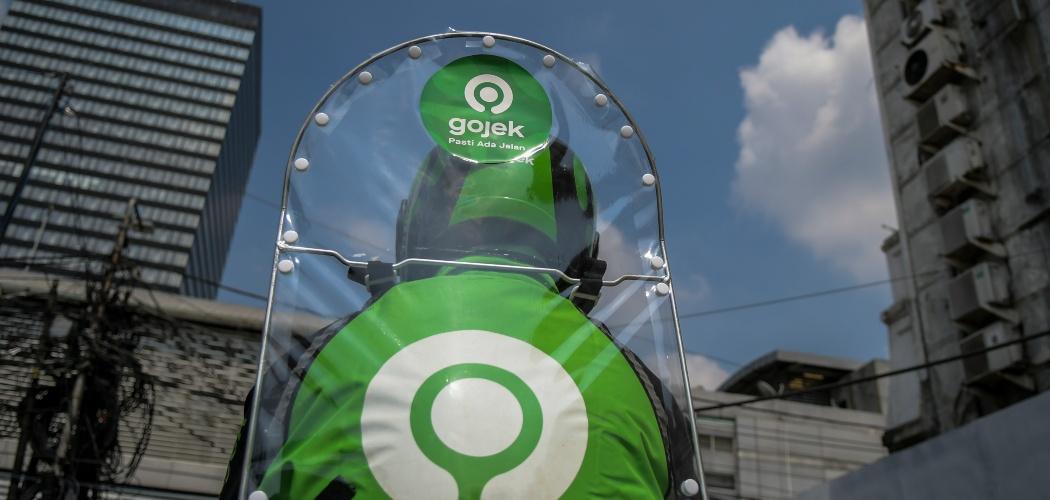 Pengemudi ojek daring mengenakan sekat pelindung saat menunggu penumpang di kawasan jalan Kendal, Jakarta, Rabu (10/6/2020). - ANTARA FOTO/Galih Pradipta