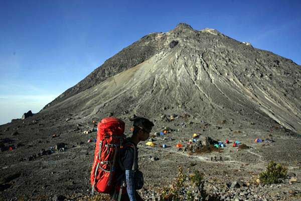 Pendaki berjalan menuju area pasar bubrah di bawah puncak Taman Nasional Gunung Merapi, Boyolali, Jawa Tengah, Kamis (21/9). - ANTARA/Hendra Nurdiyansyah