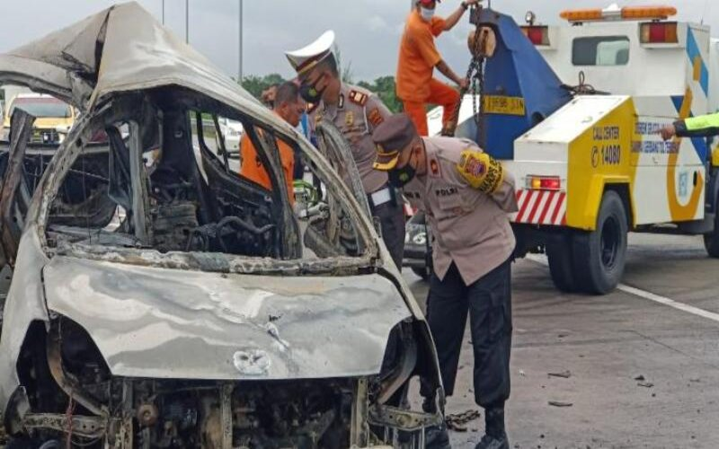 Polisi memeriksa bangkai mobil Agya yang mengalami kecelakaan dan terbakar di ruas jalan tol Solo-Ngawi KM 527 tak jauh dari pintu gerbang Pungkruk, Sragen, Jumat (18/12/2020). - Istimewa