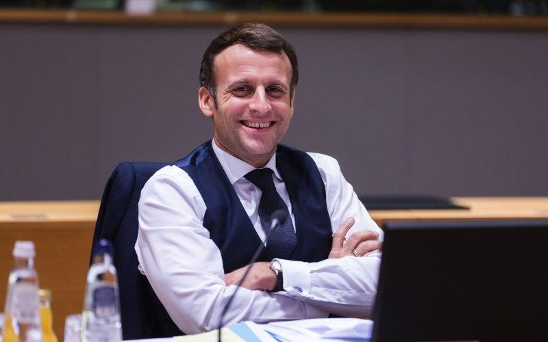 Presiden Prancis Emmanuel Macron tersenyum di sela-sela pertemuan para pemimpin Uni Eropa di Brussels, Belgia, Jumat (11/12/2020). - Bloomberg/Thierry Monasse
