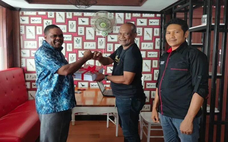 Sekretaris DPD PDIP Prpvinsi Papua Barat Jeffry Raimas (tengah) menyerahkan berkas berupa bukti perolehan suara di setiap TPS kepada calon Bupati Manokwari Hermus Induo, di Manokwari, Sabtu (19/12/2020). - Antara/Toyiban.