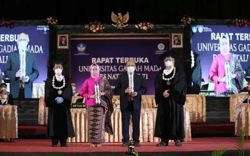 Inventor GeNose Prof. Kuwat Triyono dan Kepala BMKG Prof. Dwikorita Karnawati menerima Anugerah UGM 2020 pada peringatan Dies Natalis Ke-71 UGM di Grha Sabha Pramana UGM, Yogyakarta, Sabtu (19/12/2020).  - ANTARA