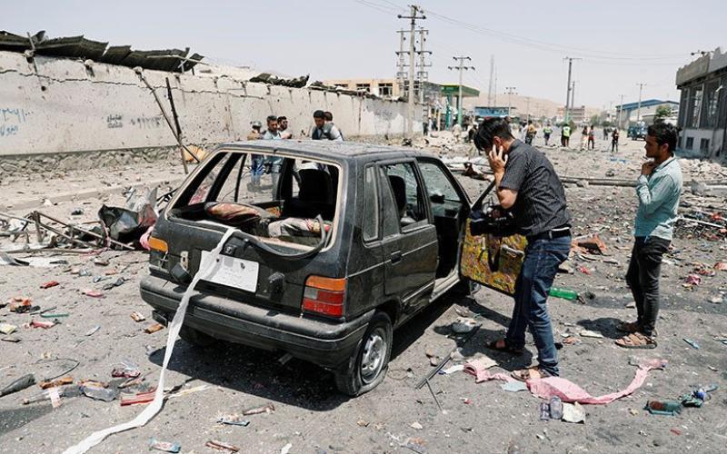 Ilustrasi - Seorang juru kamera mendokumentasikan mobil yang hancur akibat bom di Kabul, Afghanistan, (25/7/2019). ANTARA/REUTERS/Mohammad Ismail - aa.