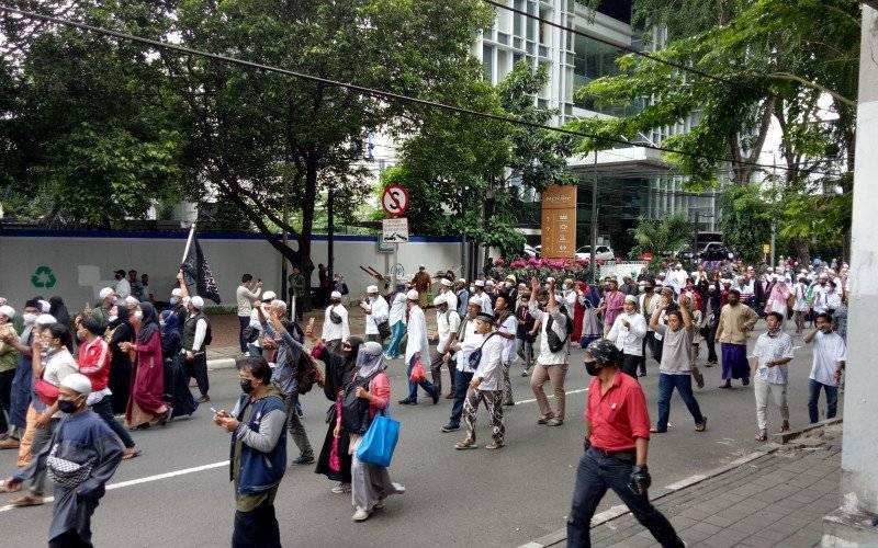 Kepolisian membubarkan massa aksi 1812 yang berkonsentrasi di Patung Kuda, Monas, Gambir, Jakarta Pusat, pada Jumat siang (18/12/2020) - Antara/Fianda Sjofjan Rassat