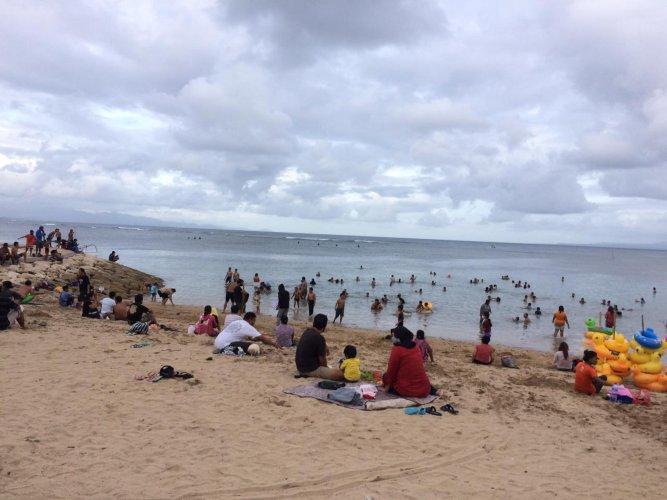 Pantai Sindhu Bali kian ramai dikujungi wisatawan. - Luh Putu Sugiari