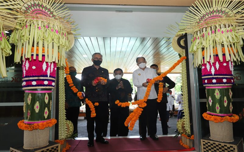 Ketua Dewan Komisioner OJK Wimboh Santoso (kiri) dan Gubernur Bali I Wayan Koster (kanan) melakukan pemotongan bunga sebagai tanda peresmian gedung baru di Bali, Senin (21/12/2020).  - Istimewa