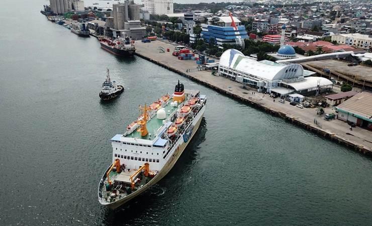 Kapal Motor (KM) Binaiya meninggalkan dermaga Pelabuhan Makassar, Sulawesi Selatan, Kamis (13/6/2019). - Bisnis/Paulus Tandi Bone