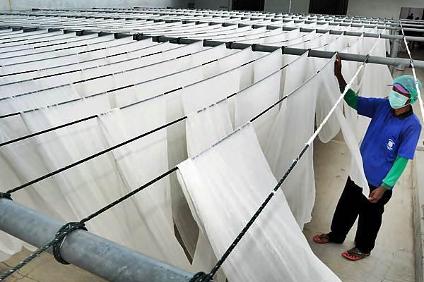 Pekerja menjemur kain kasa di sebuah industri pembuatan kain kasa, Kabupaten Pekalongan, Jawa Tengah, Jumat (24/2). - Antara/Harviyan Perdana Putra