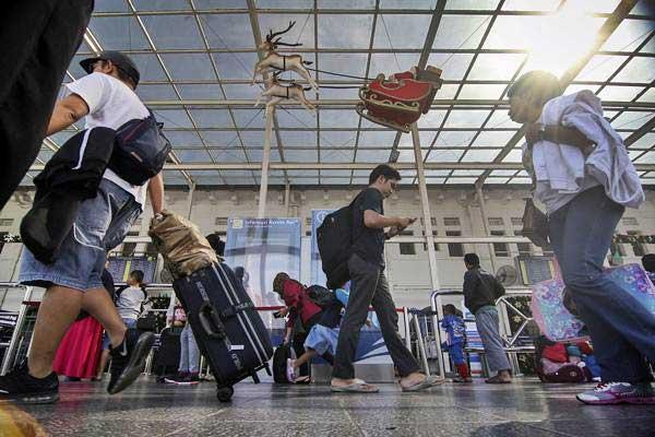 Calon penumpang kereta api berjalan menuju peron keberangkatan di Stasiun Pasar Senen, Jakarta, Jumat (21/12/2018). - ANTARA/Dhemas Reviyanto