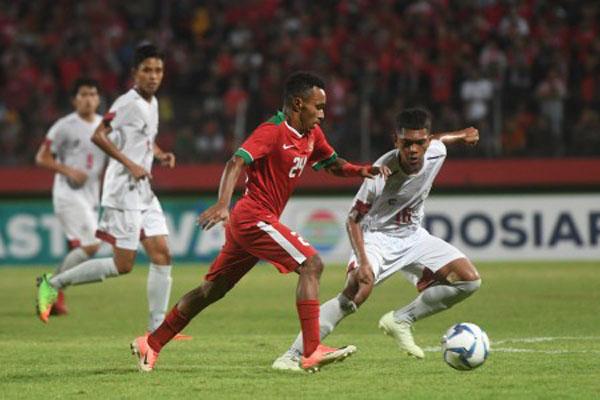 Penyerang Timnas Indonesia U-19 Todd Rivaldo Ferre (tengah). - Antara