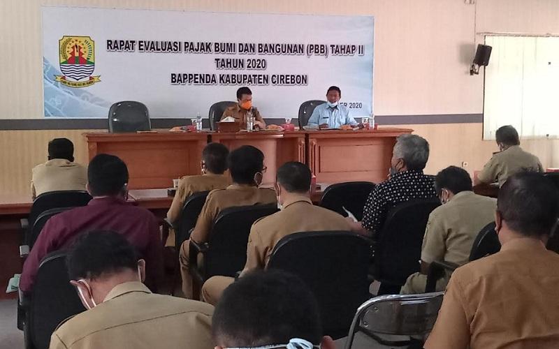 Rapat evaluasi penerimaan PBB di Kantor Bappenda Kabupaten Cirebon. - Bisnis/Hakim Baihaqi