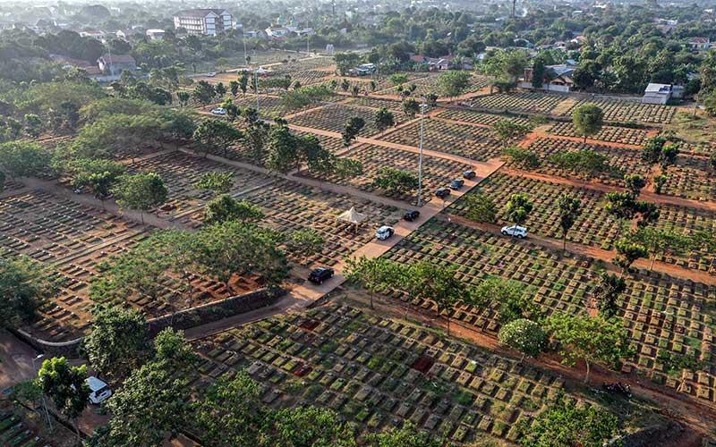 Suasana pemakaman TPU Pondok Ranggon,  di Jakarta, Selasa (8/9/2020). Petugas administrasi TPU Pondok Ranggon mengatakan saat ini jumlah makam yang tersedia untuk jenazah dengan protokol Covid-19 tersisa 1.069 lubang makam, dan diperkirakan akan habis pada bulan Oktober apabila kasus kematian akibat Covid-19 terus meningkat. ANTARA FOTO - Muhammad Adimaja