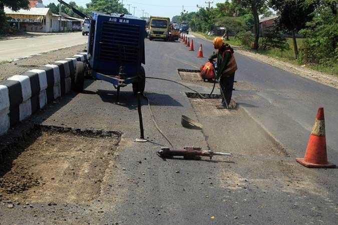 Pekerja menyelesaikan perbaikan jalur pantura Patrol, Indramayu, Jawa Barat, Rabu (22/5/2019). - ANTARA/Dedhez Anggara