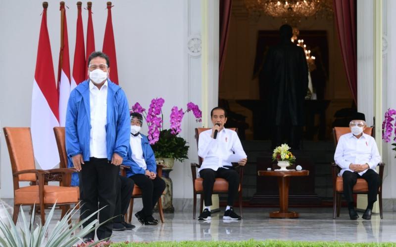 Sakti Wahyu Trenggono (kiri) diperkenalkan Presiden Joko Widodo (tengah) dan Wakil Presiden Ma'ruf Amin sebagai salah satu menteri baru di Kabinet Indonesia Maju, di Istana Merdeka, Jakarta, Selasa (22/12/2020) - Dok./Setpres