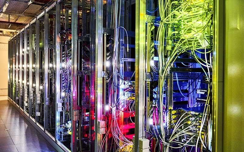 Kabel data terhubung ke server 5G di Jerman. Bloomberg - Wolfram Schroll