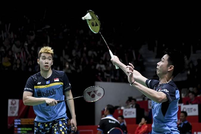 Ganda putra Indonesia Kevin Sanjaya Sukomuljo (kanan) dan Marcus Fernaldi Gideon ketika tampil sebagai juara Indonesia Masters 2020 Januari lalu./Antara - Hafidz Mubarak
