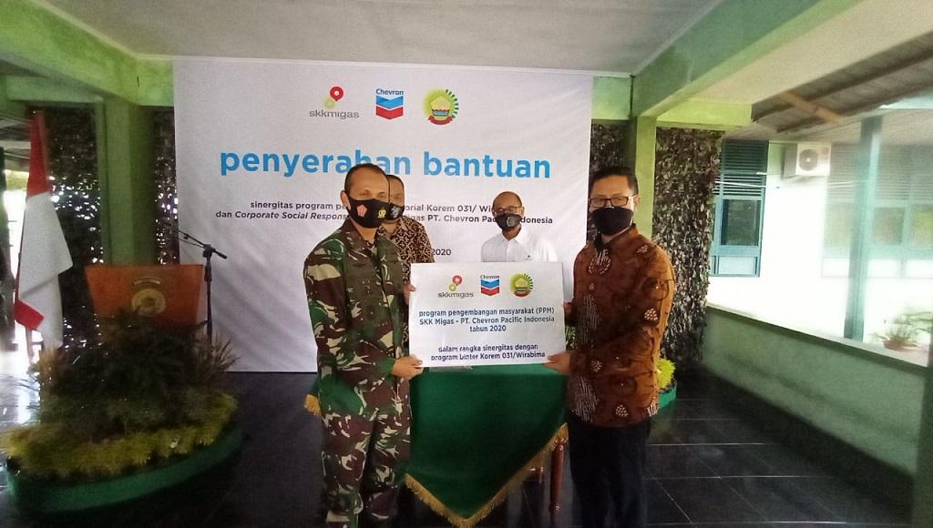Foto: GM Corporate Affairs Asset PT CPI Sukamto Tamrin memberikan bantuan  secara simbolis kepada Danrem 031 - Wirabima Brigadir Jendral TNI M. Syech Ismed, S.E, M.Han