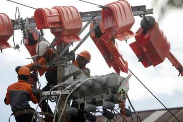Petugas PLN.  Hasil kerja keras PLN tentunya dirasakan betul oleh Pertamina serta para pelaku industri lainnya.  - Ilustrasi