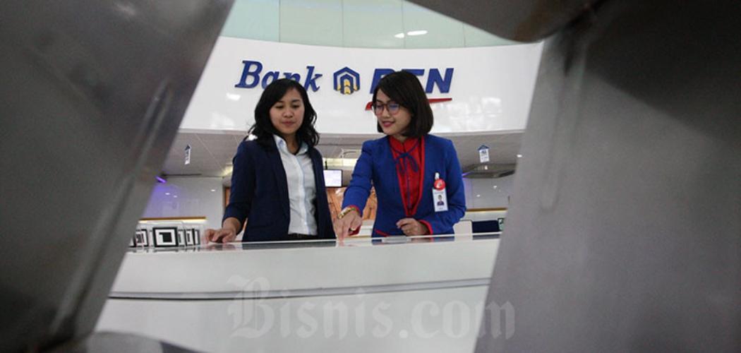 Karyawati PT Bank Tabungan Negara memberikan penjelasan mengenai produk perbankan kepada nasabah di Jakarta, Senin (8/12018). - Bisnis/Dedi Gunawan\\r\\n