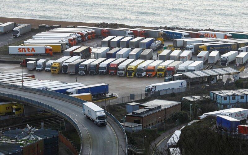 Antrean truk di Port of Dover Ltd. in Dover, Inggris, pada Selasa (22/12/2020) akibat Prancis menutup perbatasan - Bloomberg.