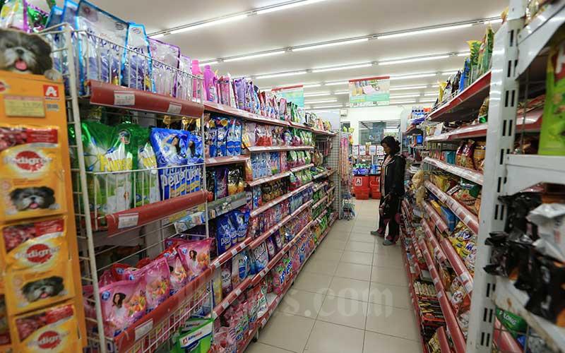 Calon pembeli memilih makanan di salah satu minimarket.  - Bisnis.com