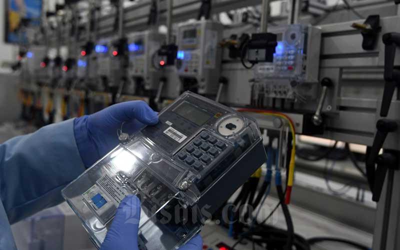 Pekerja beraktifitas di laboratorium pengujian peralatan listrik di PLN Pusat Standarisasi di Jakarta, Rabu (22/7/2020). Bisnis - Abdurachman