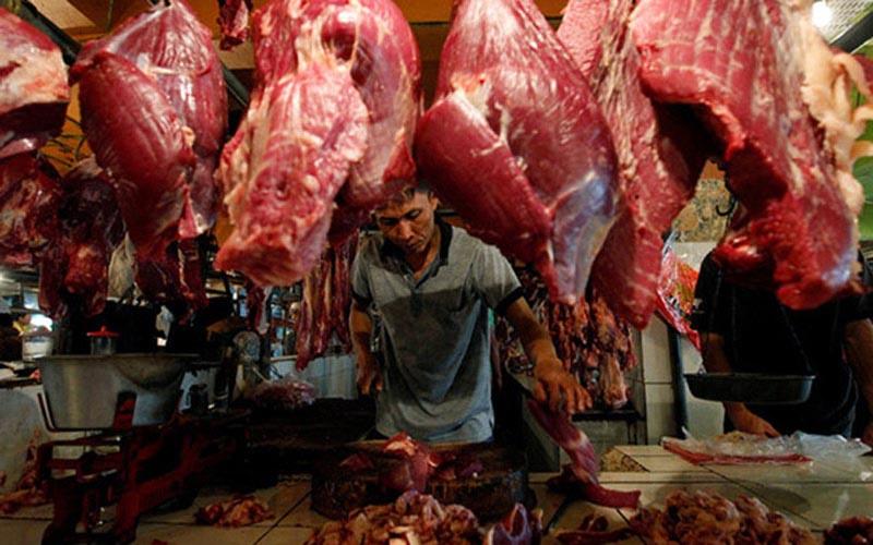 Ilustrasi pedagang daging. Kelompok komoditas makanan menyumbang pertumbuhan omzet penjualan eceran pada Desember 2020 di Malang, Jawa Timur. - Reuters